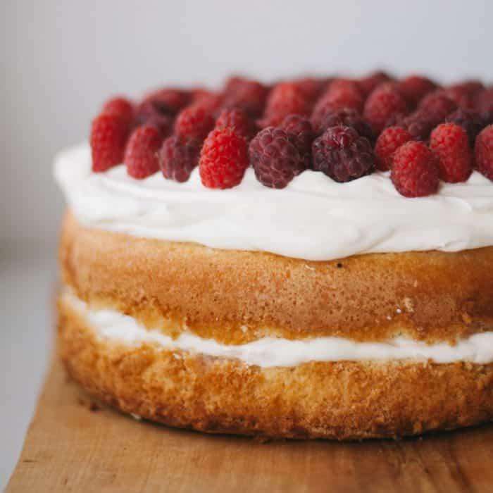 Sponge cake with raspberries